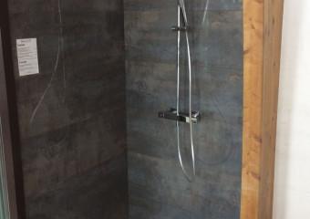 Douche à l'italienne à retrouver dans notre showroom