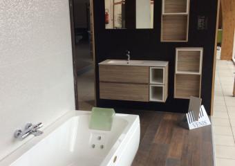 Présentation d'une baignoire balnéo dans notre showroom